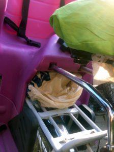 Plastiktüte Als Regenschutz für Kindersitz